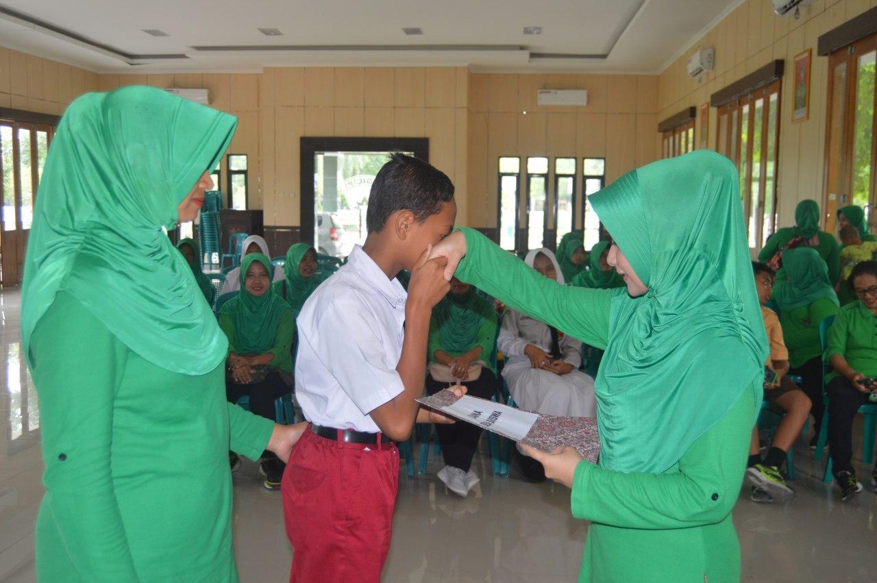Persit KCK Ranting 4 Yonarmed 12/Divif 2 Kostrad Serahkan Beasiswa