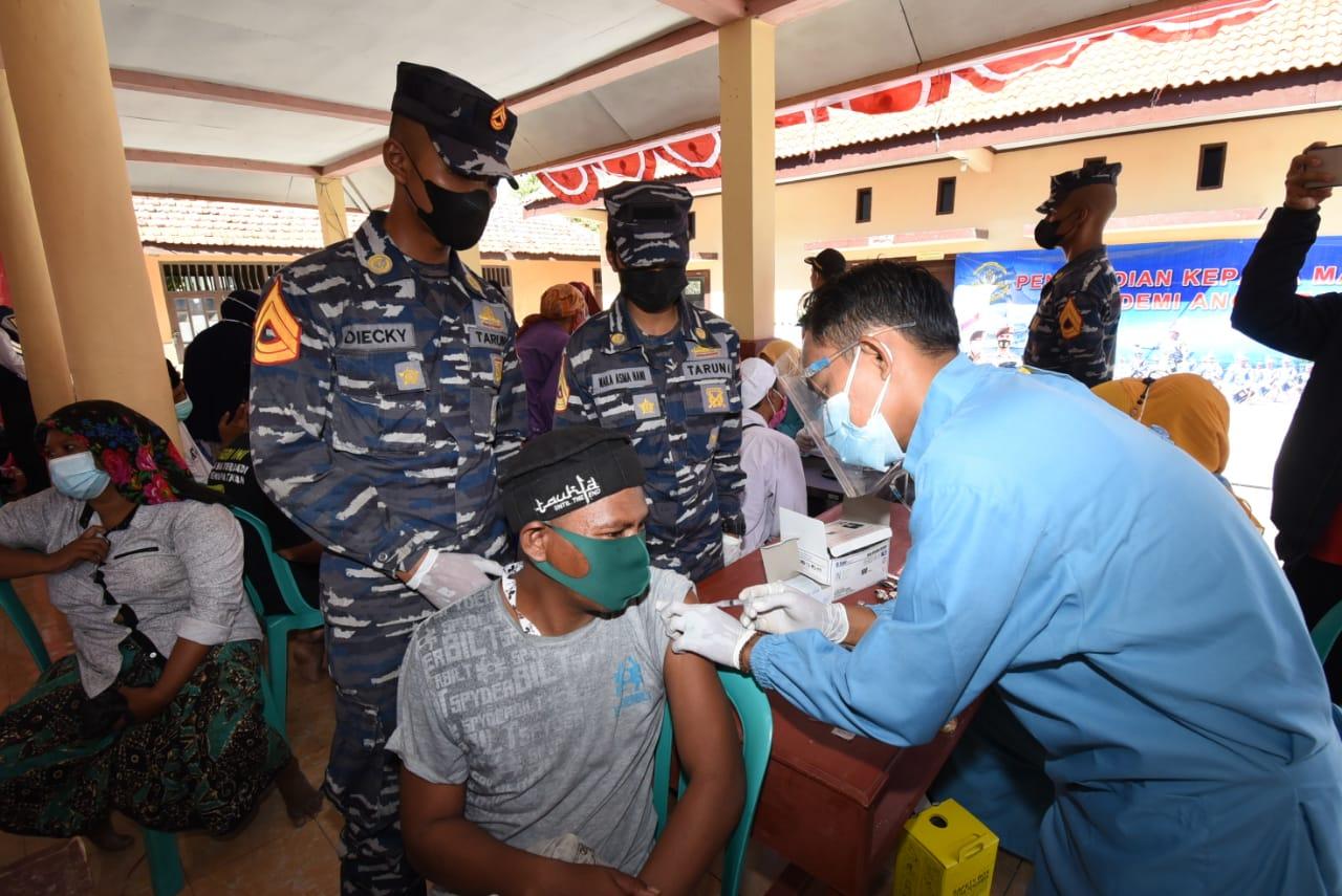 Serbuan Vaksin TNI AL Digelar di Pulau Mandangin, Madura