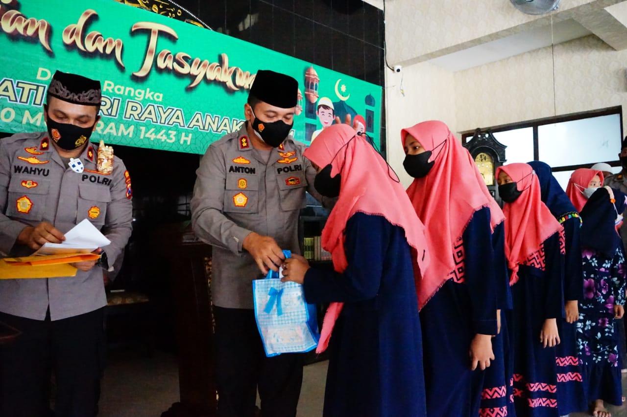Di Hari Anak Yatim, Kapolres Pelabuhan Tanjung Perak Beri Santunan