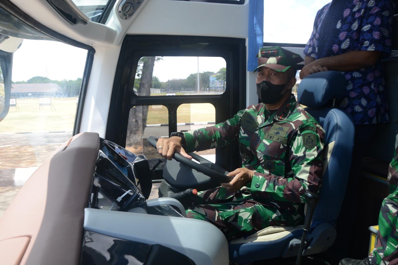 Keliling Lapangan Bumimoro, Gubernur AAL Test Drive Bus Randis dari Mabes TNI AL