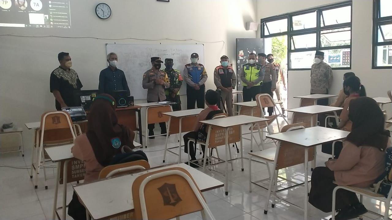 Pengecekan Penerapan Protokol Kesehatan Kapolsek Mulyorejo di SMPN 45 Surabaya
